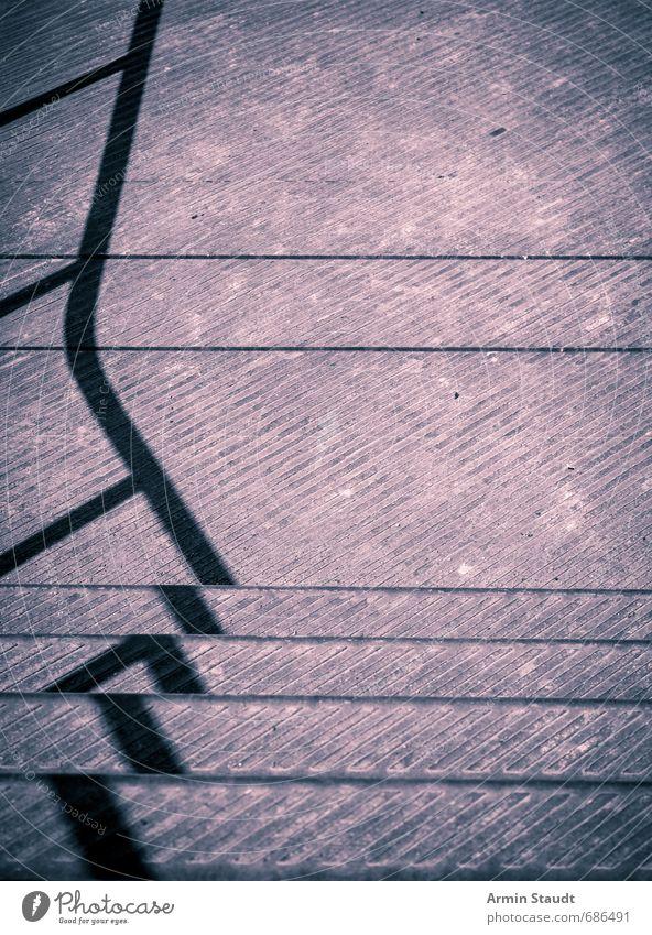 Geländer Schattenwurf auf Metalltreppe alt Stadt Farbe Stimmung träumen Treppe dreckig trist Design modern ästhetisch einfach Bodenbelag violett Treppengeländer