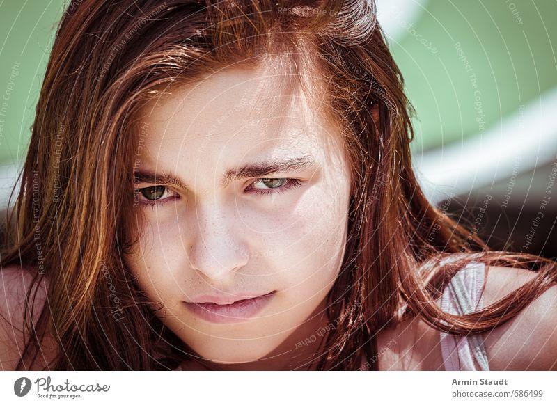 Porträt Lifestyle Mensch feminin Jugendliche Gesicht 1 13-18 Jahre Kind brünett beobachten Traurigkeit authentisch dunkel schön einzigartig kalt Gefühle