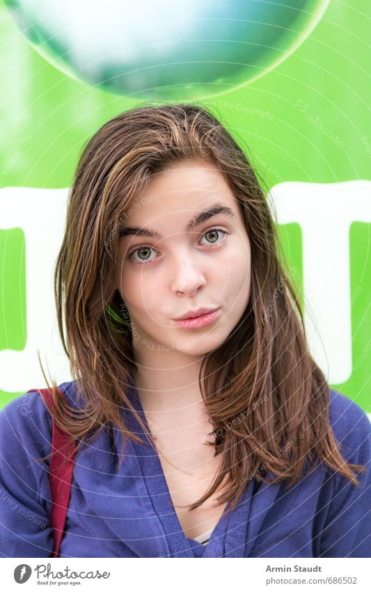 Porträt mit Tropfen Lifestyle Stil Mensch feminin Jugendliche 1 13-18 Jahre Kind brünett lachen Freundlichkeit schön einzigartig listig blau grün Gefühle