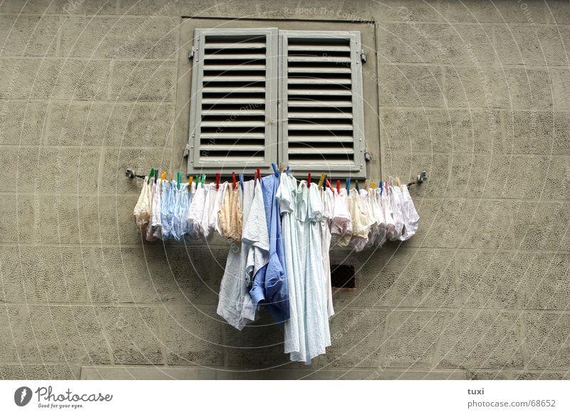 Italienischer Wäschetrockner Fenster dreckig Seil Sauberkeit festhalten Ladengeschäft Unterwäsche Frauenunterhose