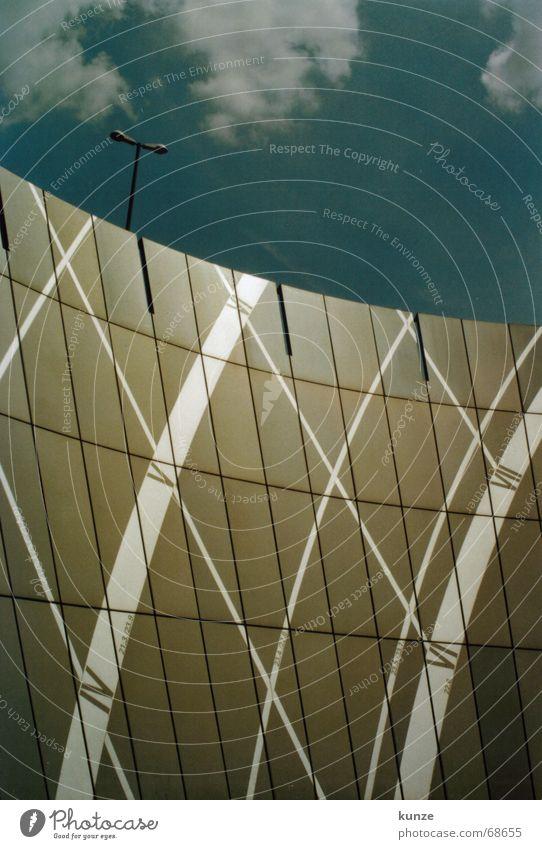 Uhrzeit auf dem Strich Himmel weiß blau Sommer Wolken Lampe Mauer Linie Graffiti braun Metall hoch rund Ziffern & Zahlen analog Laterne