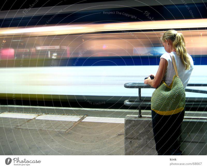 Abgefahren Eisenbahn spät Verspätung Langzeitbelichtung Nacht Streifen Geschwindigkeit fantastisch Bahnhof warten Lichterscheinung