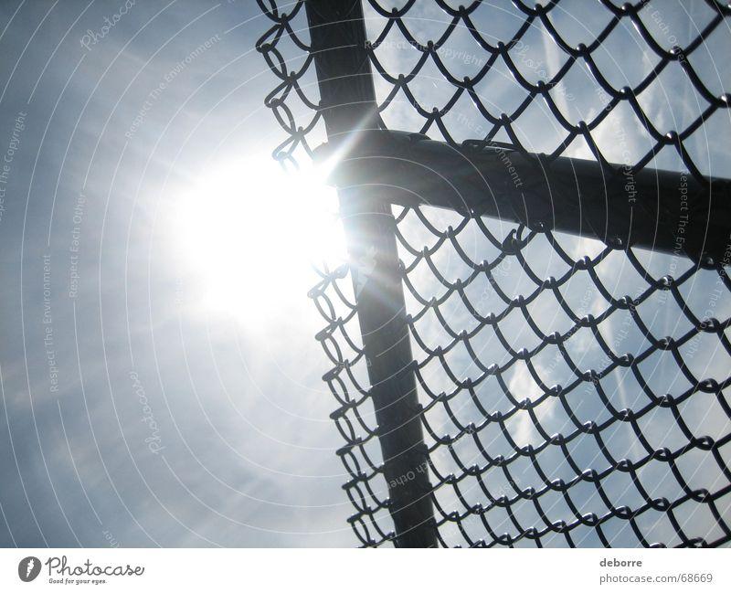 der Zaun 2 Maschendraht Draht Grenze Buchstaben weiß Himmel blau Sonne