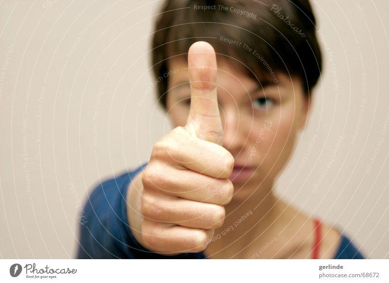 Alles wird gut! Daumen positiv Frau Frauenpower Kraft Hand Unschärfe Finger aufwärts