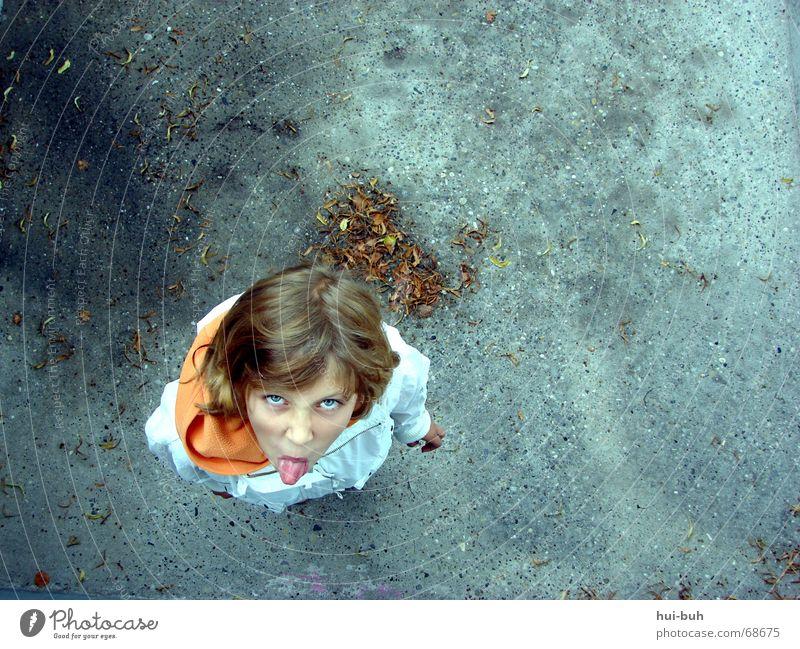 back dir `n kuchen Kind Mädchen blau Freude Gefühle oben Wege & Pfade gehen Perspektive Bodenbelag Jacke Lust böse Zunge frech Kapuze