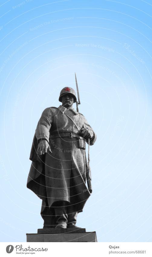 Soldaten Denkmal rot Berlin Tod Freiheit Erde Arme Erfolg Stern (Symbol) Frieden Statue Vergangenheit Krieg Russland kämpfen