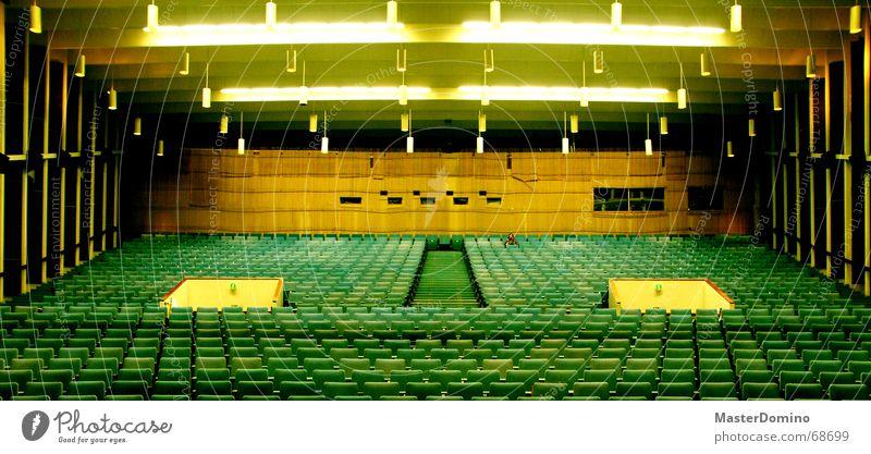 Cineasten(t)raum Kino Saal leer Kinosessel grün gelb Licht Sitzreihe Stuhl Eingang Popkorn Einsamkeit Sitzgelegenheit Raum Lagerhalle Decke Treppe Filmindustrie