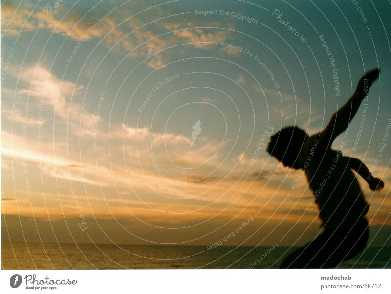 SONNENLANDUNG Mondlandung Mann springen Luft Sommer Meer Froschperspektive Astronaut Spielen Schweben leicht Wellness Horizont Sonnenuntergang Wolken