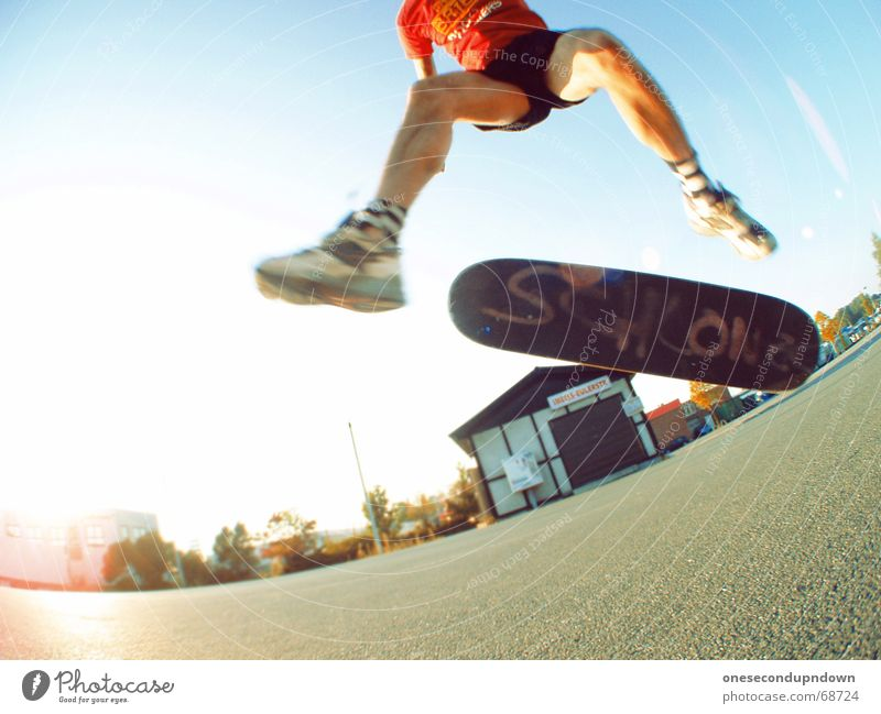 boxershort heelflip Mann Himmel blau Sommer Freude springen Glück lachen groß fantastisch Lebensfreude Skateboarding Parkplatz alternativ Rock `n` Roll