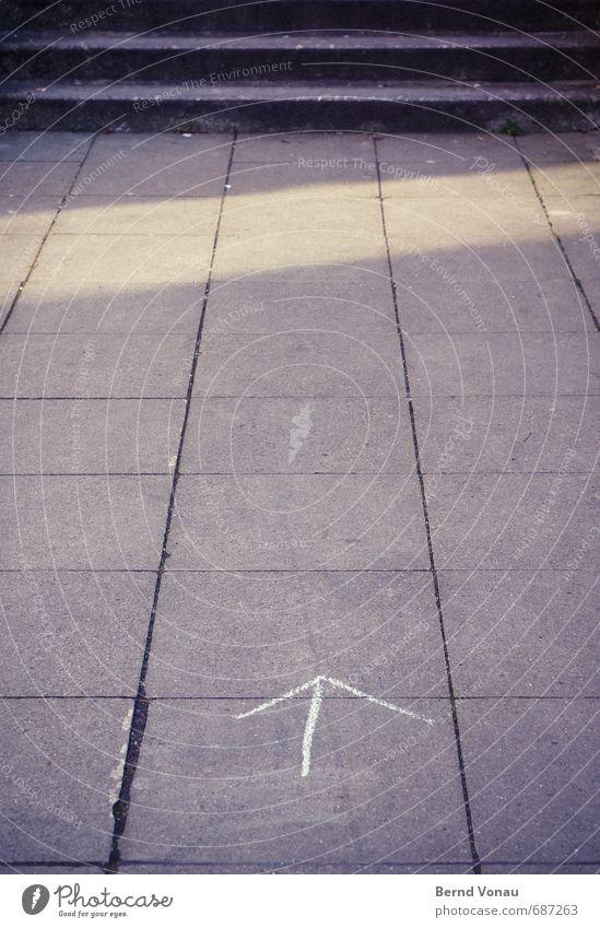 langsam aufwärts Wege & Pfade Bürgersteig Fußweg Pflastersteine Treppe vorwärts grau Sonne Fuge Pfeil Schilder & Markierungen Außenaufnahme Tag Tiefenschärfe