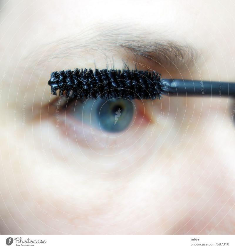 anmalen Lifestyle Stil schön Körperpflege Kosmetik Schminke Wimperntusche Frau Erwachsene Leben Auge 1 Mensch 30-45 Jahre hell Sauberkeit schwarz Gefühle