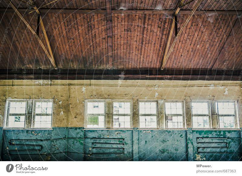 der verfall II Fenster Lagerhalle Halle alt Holzdecke Innenaufnahme Innenarchitektur Kontrast Balken Dachgebälk Heizungsrohr Menschenleer Altbau Renovieren