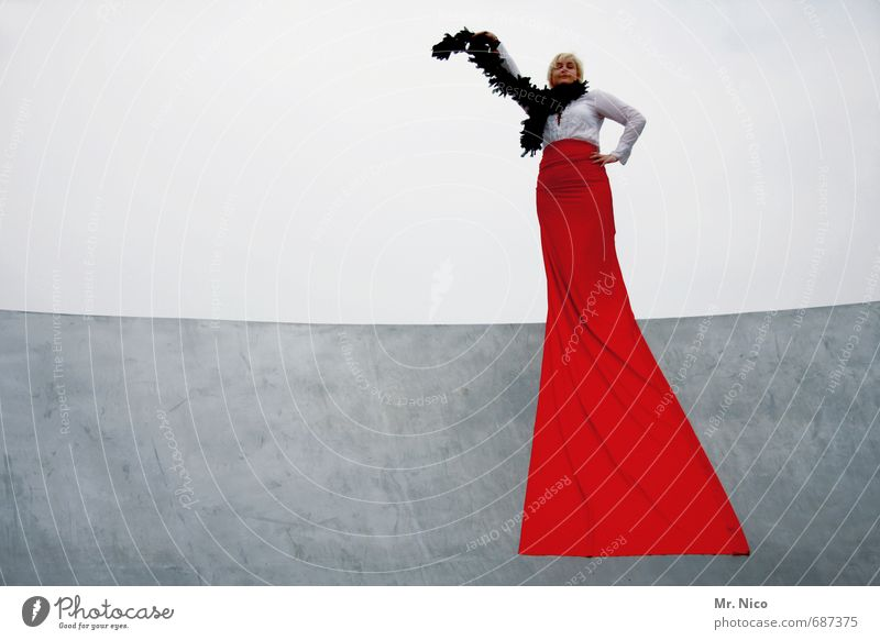 la diva Mensch Frau schön rot Erwachsene feminin Stil Mode Lifestyle elegant Beton einzigartig Show Lebensfreude Körperhaltung Kleid