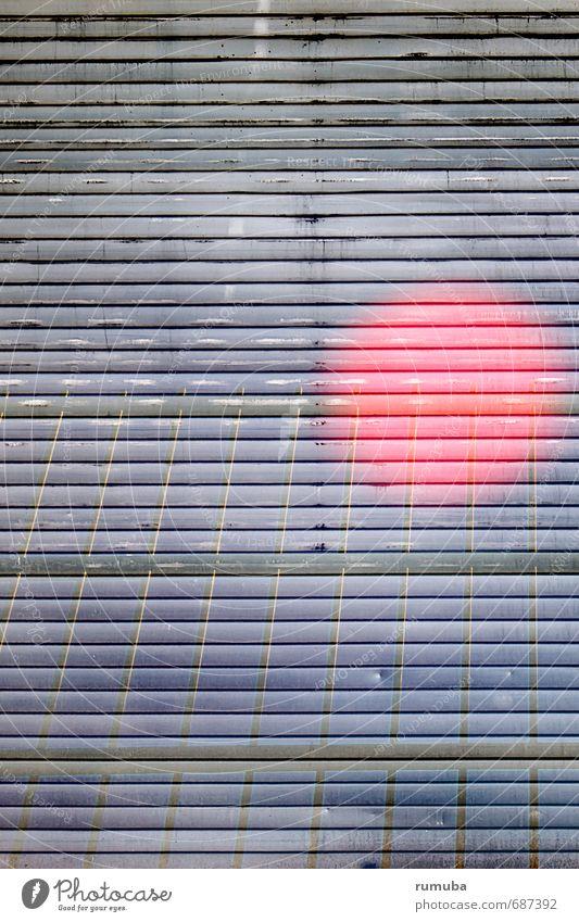 Rolltor Spiegelung Entertainment Kunst Tor Architektur Metall Zeichen Kugel glänzend leuchten außergewöhnlich Stadt grau rot Interesse Abenteuer Zaun rote kugel