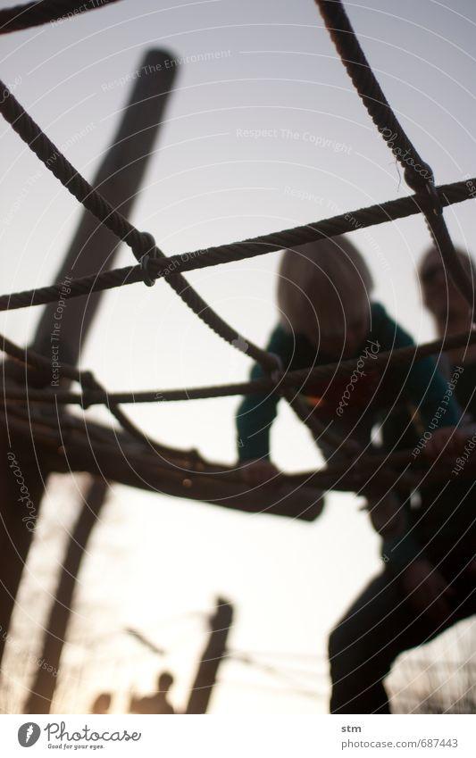 im netz Mensch Kind Sommer Erwachsene Leben Junge Spielen Garten Freizeit & Hobby maskulin Familie & Verwandtschaft Kindheit Abenteuer Schutz Sicherheit sportlich