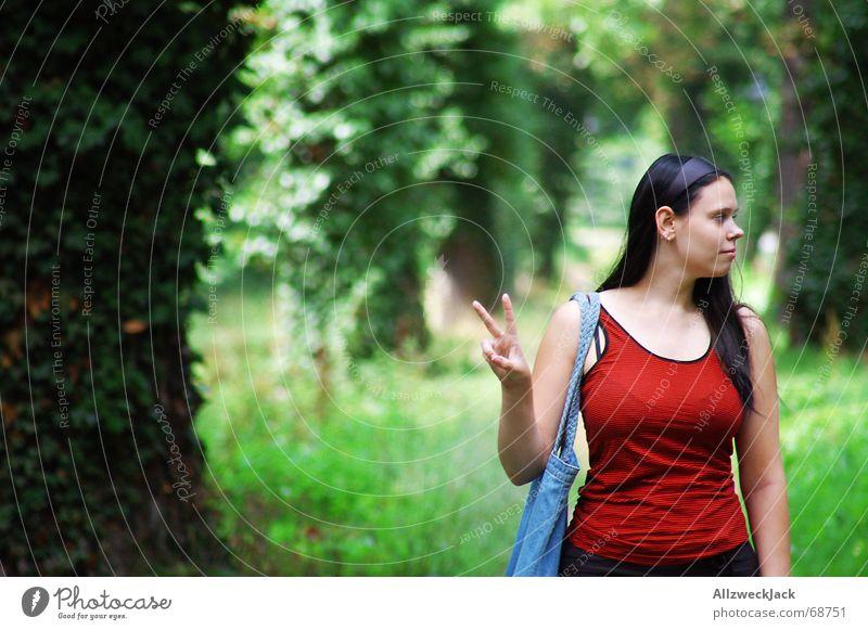Peace ! Allee grün Frau Fröhlichkeit friedliebend Baum Wald Außenaufnahme Porträt Mensch schaut nach rechts zwei finger rotes shirt Natur peacezeichen