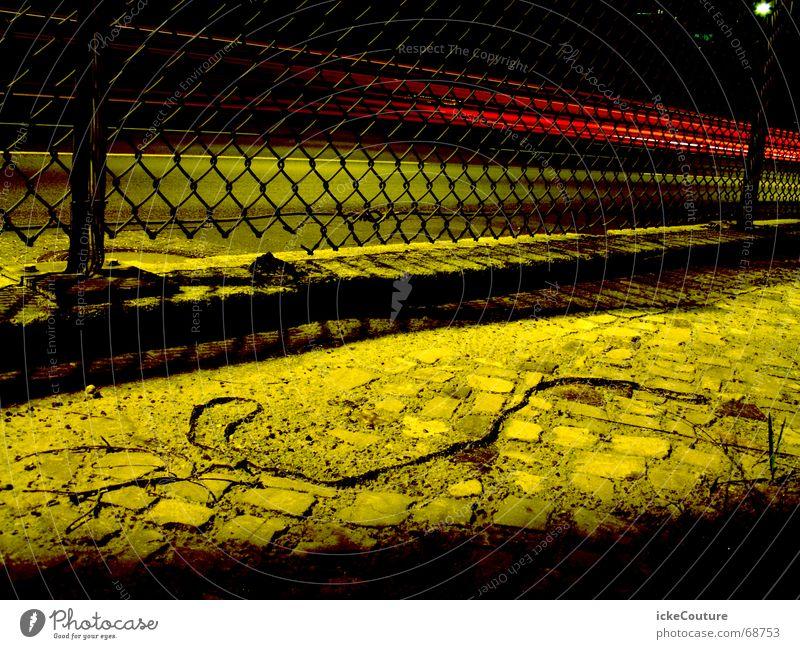 Berliner Autobahn grün gelb dunkel PKW Autobahn Zaun