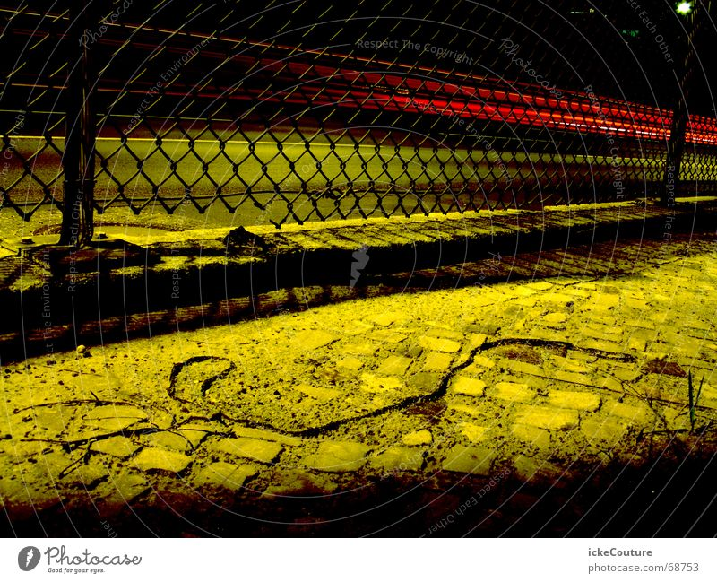 Berliner Autobahn grün gelb dunkel PKW Zaun