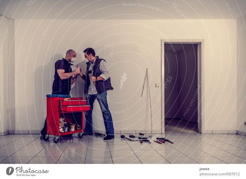 Teamwork Mensch Mann weiß rot Erwachsene Wand Mauer sprechen Arbeit & Erwerbstätigkeit maskulin Wohnung Tür stehen verrückt Konflikt & Streit trashig