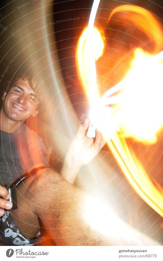 Robby Potter Mann Hand lachen Beine hell Brand Fröhlichkeit trinken grinsen Alkohol Zauberei u. Magie Sommerabend Lebensmittel