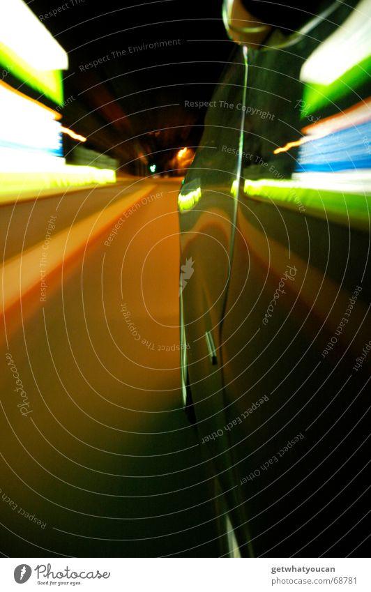 Wahnwitzige Geschwindigkeit nach hinten Fahrzeug Tankstelle Nacht Stadt Langzeitbelichtung Heck Kotflügel schwarz Reflexion & Spiegelung fahren Fluchtpunkt