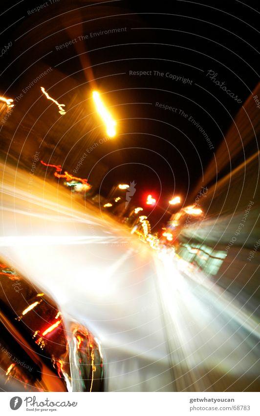 Wahnwitzige Geschwindigkeit nach vorn Fahrzeug Tankstelle Nacht Stadt Langzeitbelichtung Heck Kotflügel schwarz Reflexion & Spiegelung fahren Fluchtpunkt Licht