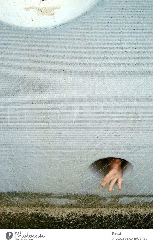 O_o Freude Spielen Kind Hand Finger 1 Mensch Sand Spielplatz Mauer Wand Beton bedrohlich klein trist grau Angst Verzweiflung Kindheit Todesangst Rettung Suche