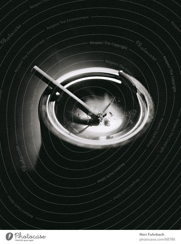Ascher Aschenbecher Zigarette Licht Rauchen Brandasche Schwarzweißfoto Kontrast Schatten