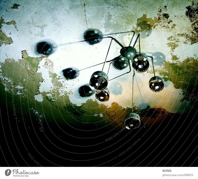 spiderlamp grün Einsamkeit Lampe dunkel Verfall Ruine Fleck Nostalgie Decke vergessen Schimmelpilze Oxidation