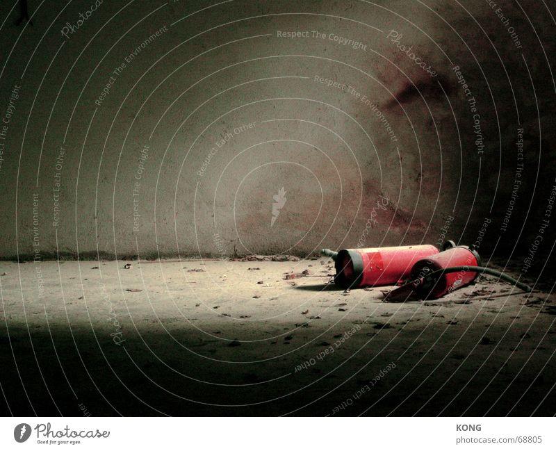 ausgelöscht Feuerlöscher Licht Keller rot verfallen Trauer Staub Schatten fireextinguisher Feuerwehr Einsamkeit Traurigkeit abandoned forsaken alt
