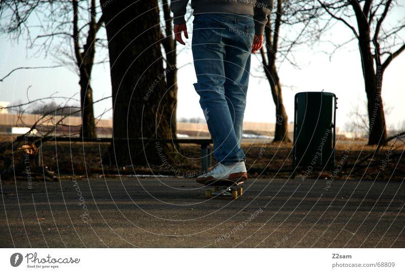 thoughtfully Skateboarding stehen fahren Denken Abenddämmerung Parkdeck rückwärts Wege & Pfade way nachdenken Rolle roll