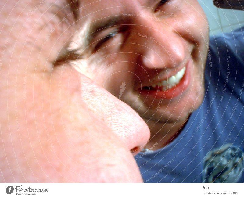 Lustig Lustig Tral lal lal la Mann lachen lustig Zähne grinsen