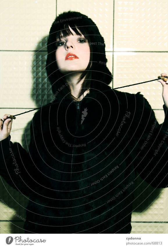 Im Wolfspelz II Kosmetik Frau Stil Model Porträt Jacke Haare & Frisuren retro Hand Lippenstift tierisch schön session Mensch Kontrast Blick Gesichtsausdruck