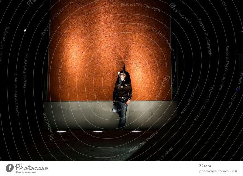 nächtliche Nachdenklichkeit Mann Licht stehen Bühnenbeleuchtung Langzeitbelichtung Körperhaltung man light Denken nachdenlich orange night porträte