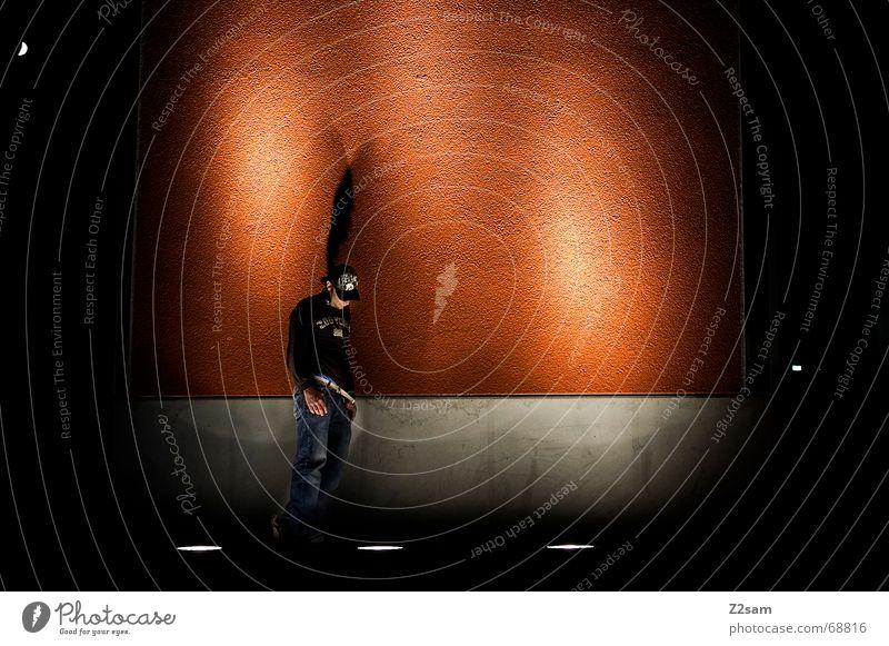 nächtliche Nachdenklichkeit II Wand Denken orange stehen Körperhaltung Bühnenbeleuchtung anlehnen