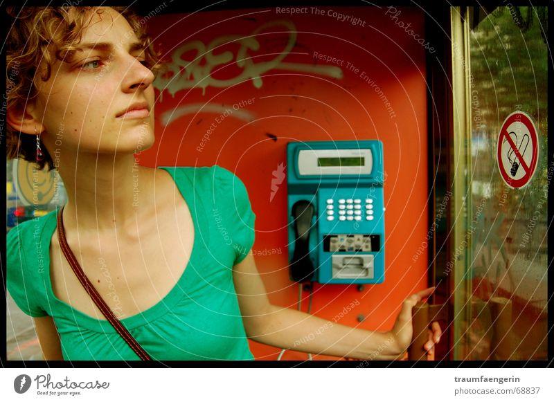putzi in aktion Telefonzelle rot grün Frau aufmachen Handtasche Rauchen verboten blau Blick hä? was ist los? offen Tür Schilder & Markierungen Locken