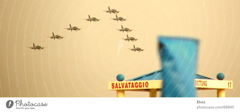 Fliegerstaffel über dem Strand Flugschau Flugzeug Formation Italien Flugplatz über den Wolken Pilot Kunstflug Düsenjäger airpower fliegerstaffel Himmel aircraft