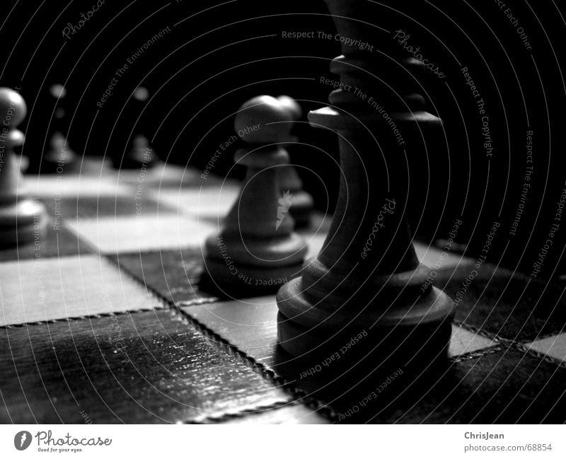 Schach alt weiß ruhig dunkel Spielen Feld Angst liegen Spuren Schachbrett ziehen verlieren stagnierend schlagen