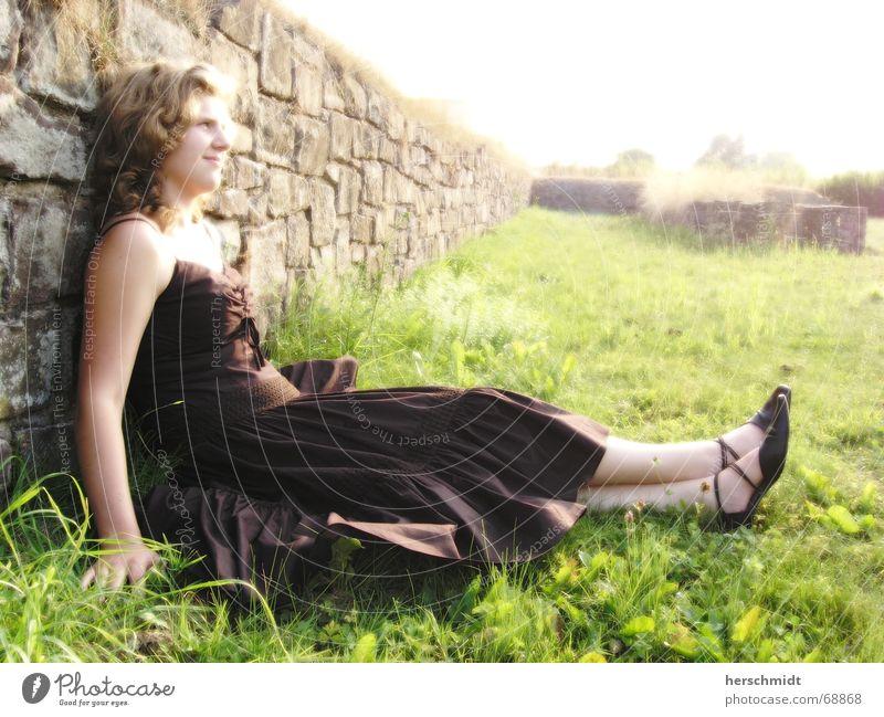 Tomroden Frau Kleid Gras Schuhe Hand Mauer Ruine Sträucher braun grün schwarz Licht Fröhlichkeit Rasen Haare & Frisuren Fuß Stein hell Lichterscheinung lachen