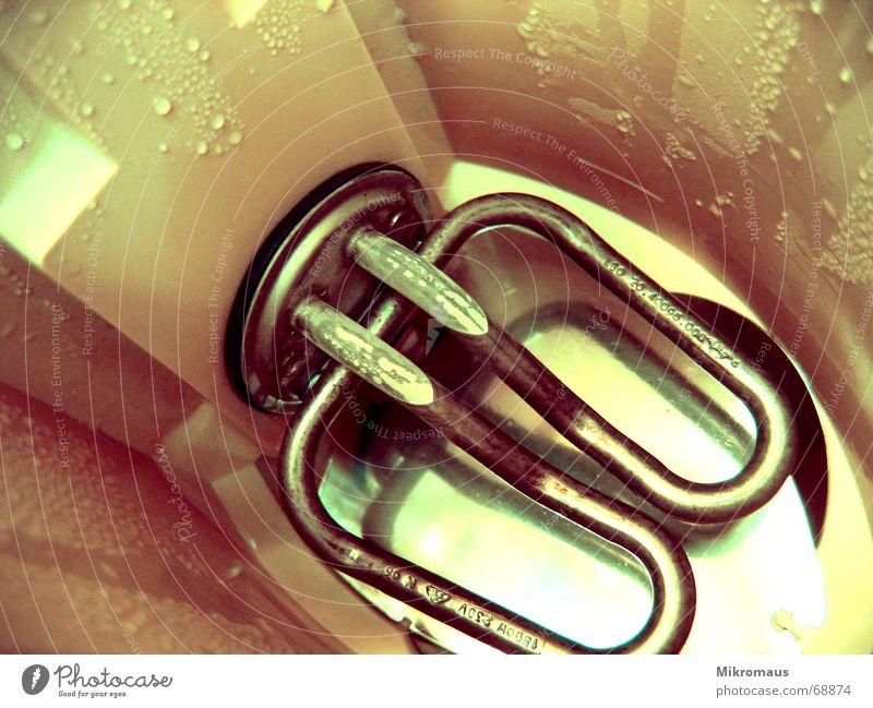 Viel benutztes Gerät Elektrisches Gerät Haushalt Küche Wasser Trinkwasser Spirale Heizspirale Heizkörper Boden Wassertropfen Tropfen nass feucht leer