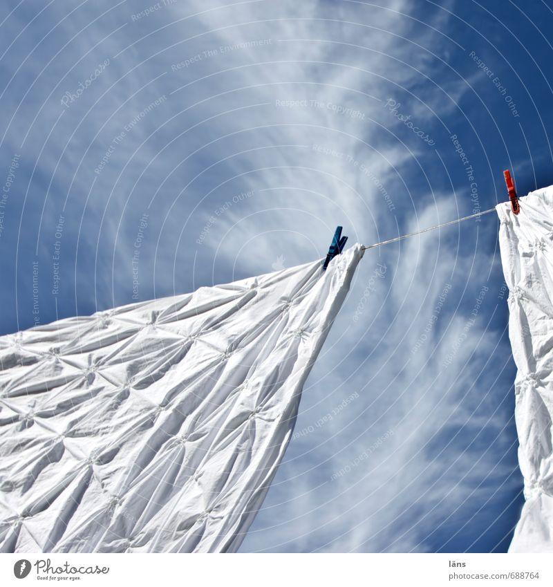 Leinenzwang l Federwolke Himmel Wolken Wind frisch Sauberkeit Bettwäsche hängen Wäsche waschen leicht trocknen Wäscheleine Reinheit luftig Waschtag