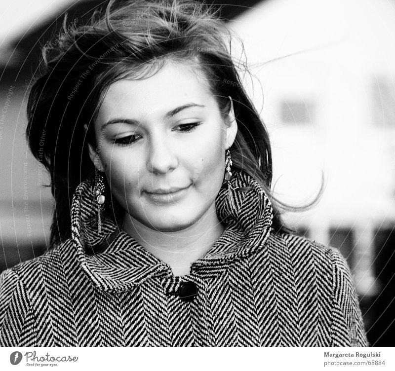 Wind Frau Mantel kalt Spaziergang Haare & Frisuren Schwarzweißfoto wehen Traurigkeit