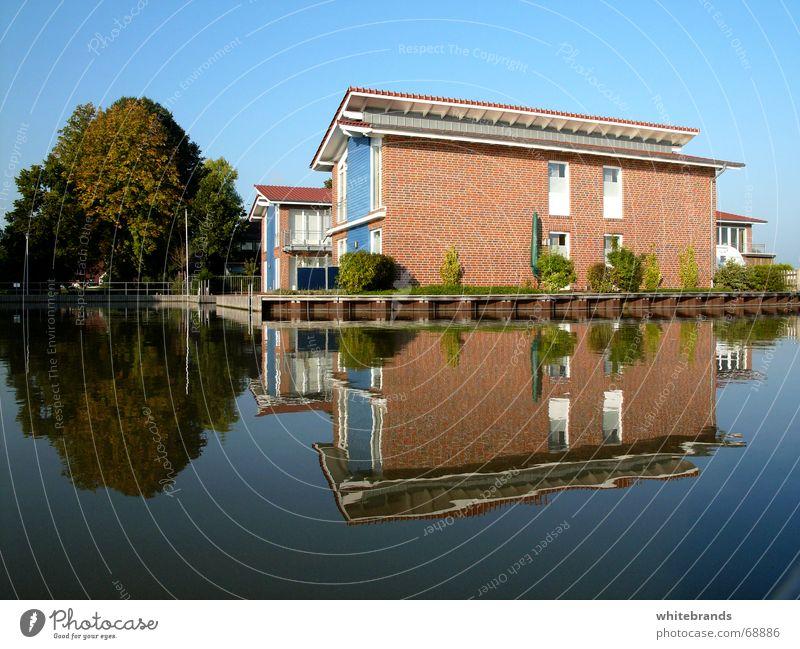 Blaue Spiegelung Haus See ruhig Erholung Reflexion & Spiegelung Ferien & Urlaub & Reisen Baum Anlegestelle Wasserfahrzeug Urlaubsstimmung blau Himmel neu Hafen