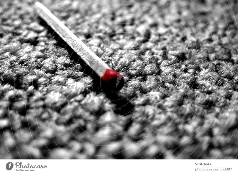 zum anzünden zu schade... Farbe Angst Brand gefährlich bedrohlich Flamme verloren Teppich Streichholz Unbekümmertheit Monochrom Zigarre mono