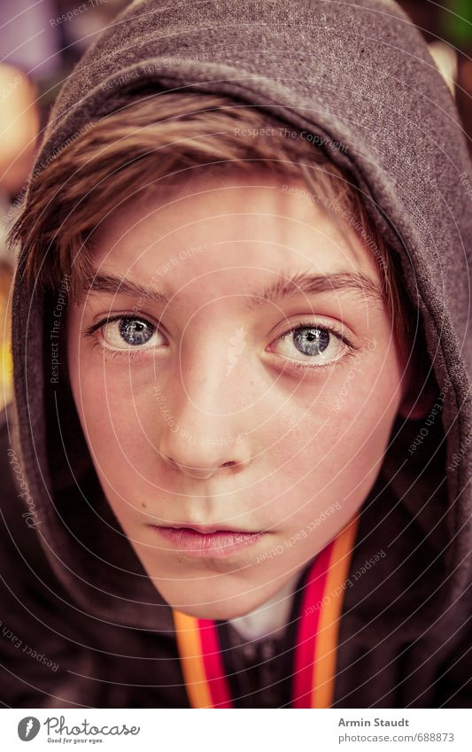 Porträt Mensch Kind Jugendliche schön rot schwarz gelb Gesicht Stil natürlich Gesundheit Stimmung maskulin Kindheit sitzen frisch
