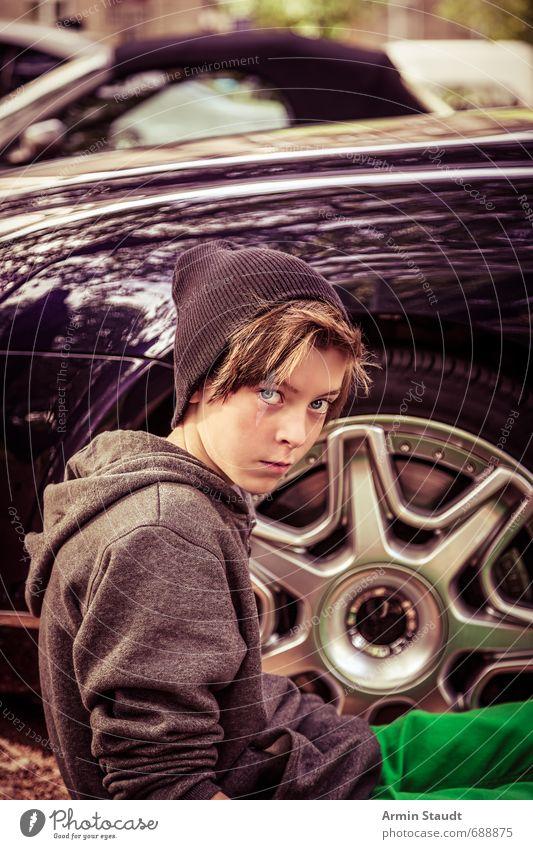 Porträt eines Jugendlichen vor einem teuren Auto Luxus Lifestyle Stil Design Mensch maskulin 1 8-13 Jahre Kind Kindheit PKW Mütze sitzen Coolness schön