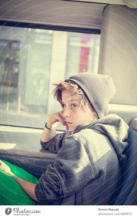 Porträt im Bus Ausflug Mensch maskulin Jugendliche 1 8-13 Jahre Kind Kindheit Berufsverkehr Kapuzenpullover Mütze beobachten sitzen träumen Traurigkeit