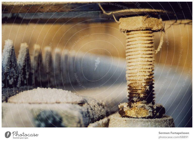 stahlwinter Winter Schnee Frost Industriefotografie Tor Stahl Schraube Raureif Mechanik Drehgewinde