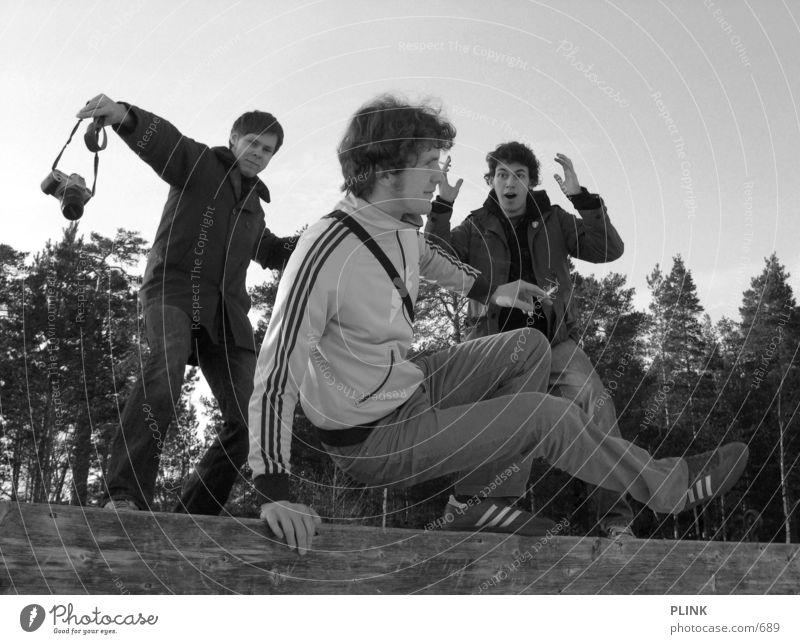 krasse sache 3 Steg Wald Menschengruppe Körperhaltung Schwarzweißfoto