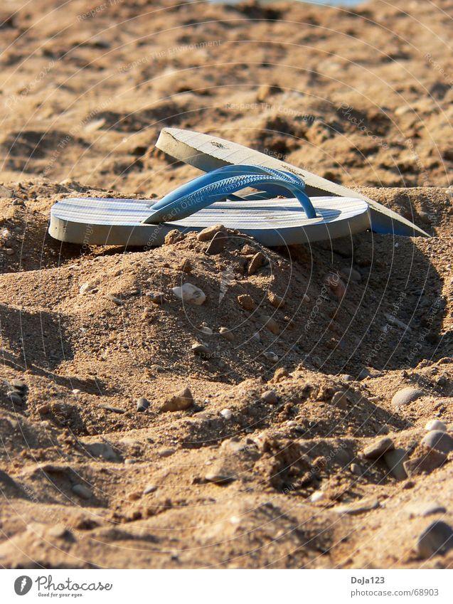 Sommer, Sonne, Strand, Flip und Flop Meer See Baggersee Sonnenuntergang Licht Salto Misserfolg Flipflops Schuhe Sandale Kies Sommergefühl Lust offen
